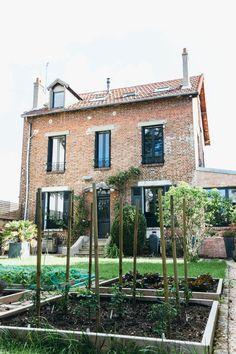 Avec l'aide d'un paysagiste, l'architecte a fait de l'ancien jardin à l'abandon un nouvel espace à vivre, avec potager et zone repas près de l'entrée.