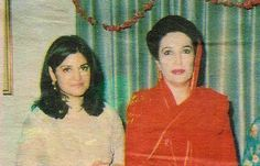 Benazir Bhutto with Nazia Hassan at Zohaib Hassan's Wedding-Old Pictur Rare Pictures, Rare Photos, Natural Blackhead Remover, History Of India, History Pics, Vintage Bollywood, Mirror Image, Professional Women, Bollywood Stars