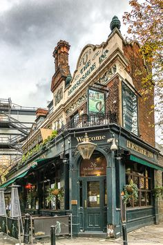 Best Pubs in London - 17 Pubs You Have to Visit in the CityYou can find London pubs and more on our website.Best Pubs in London - 17 Pubs You Have to Visit in the City Best London Pubs, Best Pubs, London Places, Old London, London City, Best Bars London, The Shard London, Mayfair London, London Food