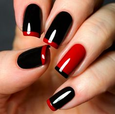 Uñas pintadas en color negro y rojo