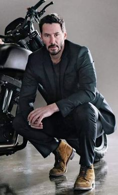 Keanu Reeves' Style Evolution, From Grunge Heartthrob To Ageless Wonder – Celebrities Woman Keanu Reeves John Wick, Keanu Charles Reeves, Keanu Reeves Body, Outfits Casual, Mode Outfits, Keanu Reeves Quotes, Keanu Reaves, First Ladies, Attractive People