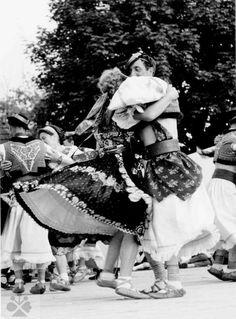 Folklórna skupina z Hrochote. Vedecký archív ÚEt SAV, foto T. Folk Costume, Costumes, Heart Of Europe, Do Homework, European Countries, Vintage Pictures, Czech Republic, Homeland, Folklore