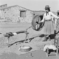 Fiadeira, Alcoutim, Giões, 1955 via OAPIX Hand Spinning, Spinning Wheels, History Of Portugal, Drop Spindle, Ancient Art, Portuguese, Art Photography, Weaving, Around The Worlds