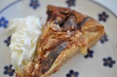 En nem og lækker æblekage med kanel og mandelflager. Kagen er nem at røre sammen og smager lifligt af kanel. Pærer kan også bruges. Lækkert frugttærte-tip fra mig til dig