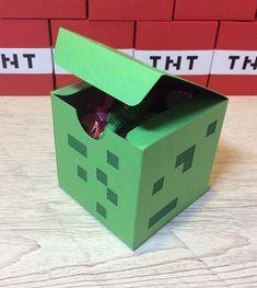 Caixa creeper Minecraft    Caixa Creeper do video jogo Minecraft.  Ideal para enfeitar a mesa do bolo e para dar como lembrancinha.    Também temos os outros personagens!    Confeccionada com técnicas de scrapbook utilizando papéis 180gr.    Importante!!!  A embalagem vai vazia. Foto ilustrativa ...