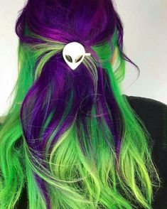 If Mal from Descendants wasnt just Purple Hair this would be her. Kinda cool - If Mal from Descendants wasnt just Purple Hair this would be her. Kinda cool If Mal from Descendants wasnt just Purple Hair this would be her. Purple And Green Hair, Hair Color Purple, Hair Dye Colors, Cool Hair Color, Purple Ombre, Black Ombre, Bright Hair Colors, Red Black, Purple Wig
