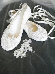 Women\'s White Floral Lace Pearl And Ribbon Decorated Flats Bridal ...