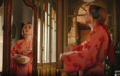 Looks Villanelle Killing Eve usando roupão rosa floral. Villanelle's costumes for Killing Eve. Villanelle's printed pink robe. Sandra Oh, Jodie Comer, Bbc America, Eve, Prints, Freeze, Instagram, Places, Green Parka