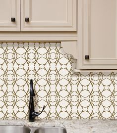 #Tyles Marbled Starburst in Metallic Gold. DIY never looked so good! The metallic gold is so sophisticated, and makes for a beautiful backsplash in this kitchen. Easy to apply, easy to remove. No wall damage.