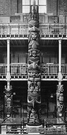 Totem-pole in situ in the Pitt Rivers Museum Native American Totem Poles, Native American Indians, Haida Art, Tlingit, Tree Carving, Indigenous Art, People Art, Native Art, Tribal Art
