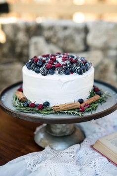 cool Pièce montée 2017 - Gâteau pour le mariage d'hiver - gâteau de mariage à une étape avec des baies, des bâtonnets de cannelle et ... Check more at https://listspirit.com/piece-montee-2017-gateau-pour-le-mariage-dhiver-gateau-de-mariage-a-une-etape-avec-des-baies-des-batonnets-de-cannelle-et/