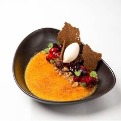 Crème brûlée · muscovado crumbles · red fruit jelly · pine needle icecream - The ChefsTalk Project Fancy Desserts, Köstliche Desserts, Plated Desserts, Delicious Desserts, Dessert Recipes, Yummy Food, Food Design, Berlin Food, Savoury Dishes