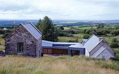 How an Irish farmhouse and its cluster of outbuildings were transformed into a modern family home, linked by zinc. Farmhouse Renovation, Modern Farmhouse Exterior, Farmhouse Design, Houses In Ireland, Ireland Homes, Style At Home, Architecture Ireland, Modern Architecture, Cottage Extension