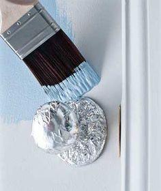 Il fallait y penser: couvrir les poignées d'aluminium pour ne pas les recouvrir de peinture.: