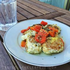 mi reflejo de la 48 a la 36: Albondigas de merluza INGREDIENTES: 2 filetes de merluza congelados 1 rebanada de pan integral (de molde, puede ser del cereal que deseéis, es mas podríais usar la receta del pan de molde de avena ) 1/2 vaso de leche (en mi caso, sin lactosa) 1 huevo 1 vaso de caldo de verduras Perejil o hierbas provenzales Verduritas varias