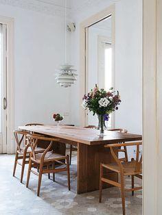 Sala de Jantar com Mesa e Cadeiras de Madeira. Designer: Minim. Fotógrafo: Kerstin Rose. Fonte: Elle Decoration Uk Junho 2014.