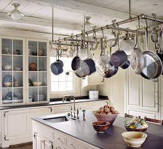 Lite väl många krokar, men några krokar i taket ovanför köks-ö?  15 små detaljer som kommer få ditt kök att sticka ut - Sköna hem