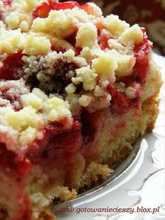 Yeast dough cake with strawberries and crumble