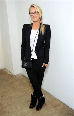 Casual Kaley Cuoco in casual clothes