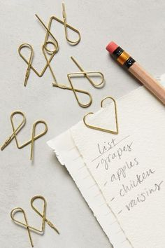 Cute detail for wedding invites: Folio Paper Clips Paperclip Crafts, Paperclip Bookmarks, Paper Bookmarks, Diy And Crafts, Paper Crafts, Diy Accessoires, Diy Papier, Diy Candles, Candle Wax