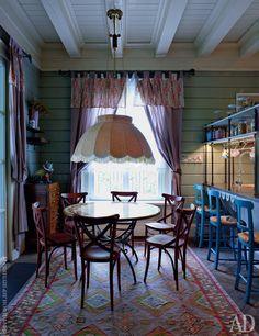 Столовая. Над столом повесили абажур, типичный для старо-русских дач.