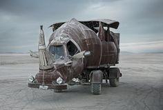 """Monatelang rottete das Fahrwerk dieses tierischen Vehikels auf einer Weide herum, bis sich Kevin Clark und Michele Ramatici des Chevrolet-Trucks annahmen und es in """"Rhino Redemption"""" verwandelten. Vier Monate dauerten die Arbeiten, 2014 war das eiserne Nashorn erstmals beim Burning Man dabei. Der Kopf besteht zu großen Teilen aus der ehemaligen Kabine des Trucks, gleichwohl Clark das Führerhaus mit der Flex auftrennte und verkleinerte, sodass gerade einmal zwei Personen hineinpassen. Das mit…"""