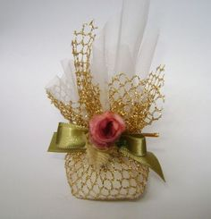 Lovely especially in paler colours. Wedding Favors And Gifts, Wedding Gift Wrapping, Creative Gift Wrapping, Wedding Candy, Creative Gifts, Diy Wedding, Wedding Gift Boxes, Chocolate Flowers Bouquet, Chocolate Wrapping