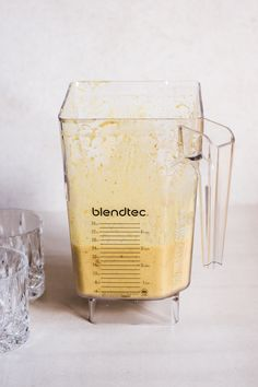 One thing that I simply can't get enough of is Golden Milk! Here's a super yummy anti-inflammatory smoothie packed with all that golden-milky-good stuff! Smoothie Packs, Juice Smoothie, Fruit Smoothies, Raw Food Recipes, Wine Recipes, Anti Inflammatory Smoothie, Plant Based Milk, Ground Turmeric, Golden Milk