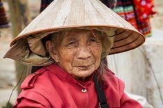 oude marktvrouw (gemaakt in Noord Vietnam)