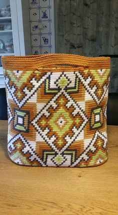 inspiration for variation of Wayuu Mochila bag (no pattern) Mochila Crochet, Crochet Tote, Crochet Purses, Tapestry Bag, Tapestry Crochet, Diy Crochet And Knitting, Crochet Stitches, Bead Loom Patterns, Tunisian Crochet