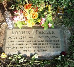 Bonnie Elizabeth Parker of Bonnie and Clyde fame were well-known outlaws, robbers, and criminals who traveled the Central United States with their gang during the Great Depression. Clyde Barrow Bonnie were not married. Bonnie And Clyde Death, Bonnie And Clyde Photos, Bonnie Clyde, Elizabeth Parker, The Babadook, Famous Tombstones, Bonnie Parker, Famous Graves, Danse Macabre
