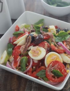 The salade niçoise is a colorful and balanced salad made of tomatoes, onions, p… La salade niçoise est une salade … Salat Nicoise, Easy Meals For Two, How To Cook Quinoa, How To Make Salad, Garam Masala, Easy Dinner Recipes, Easy Recipes, Paleo Recipes, Entrees