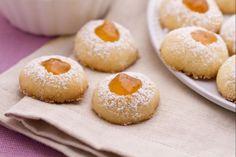 I biscottini al burro con marmellata sono dei piccoli e friabili bocconcini tutta bontà, molto semplici e veloci da realizzare.