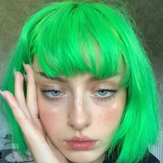 25 Short Hairstyles Inspired By Celebrities – My hair and beauty Grunge Look, 90s Grunge, Grunge Style, Grunge Outfits, Grunge Hair, Soft Grunge, Short Green Hair, Neon Green Hair, Green Hair Girl