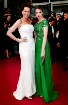 Sarah Margaret Qualley in Elie Saab mit Mutter Andie MacDowell in Giorgio Armani