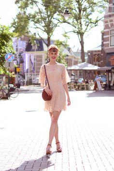 Retromantisch retro romantic fashion vintage style dress Asos lace jurk kant headpiece headband floral Timberland sandals heels burgundy sandalen Bershka bag round