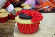(how to) Elmo Cupcakes Elmo Cupcakes, Elmo Cookies, Elmo Cake, Cupcake Cakes, Cookie Monster Cupcakes, Sesame Street Cupcakes, Sesame Street Party, Sesame Street Birthday, Elmo Birthday Cake