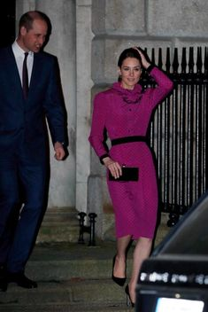 Kate Middleton stepped out in a vintage magenta dress by Oscar de la Renta that had a total vibe with black polka dots and a ruffled collar. Style Kate Middleton, Kate Middleton Photos, Kate Middleton Family, Jimmy Choo, Helen Mirren, Lady Diana, William Kate, Prince William, Robe Fuchsia