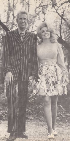 Porter Wagoner and Dolly Parton. Famous Country Singers, Male Country Singers, Best Country Music, Country Music Artists, Country Music Stars, Famous Singers, Country Girl Quotes, Country Girls, Dolly Parton Pictures