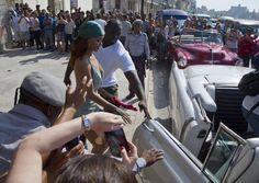 May Rihanna leaving a building in Malecón, Havana, Cuba Jay Z, Beyonce, Cuba, Rihanna Cover, Iconic Women, Photoshoot, American, Building, Summer