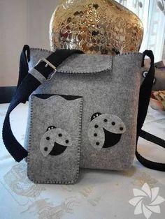 Result image to create felt bags- Risultato immagine per creare borse in feltro Result image to create felt bags - Felt Diy, Handmade Felt, Handmade Bags, Felt Crafts, Fabric Bags, Felt Fabric, Felt Phone Cases, Felt Purse, Denim Bag