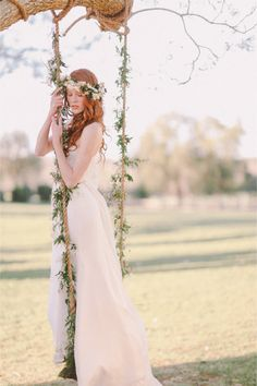 So romantic >> Bride on a flower decorated garden swing | Jenny Sun Photography via @Sara Eriksson | Burnett's Boards