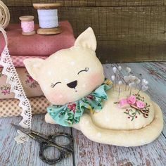Fabric Crafts, Sewing Crafts, Sewing Projects, Coin Couture, Flag Quilt, Diy Home Furniture, Cat Cushion, Pillow Tutorial, Shabby Chic Crafts