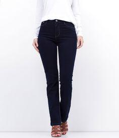 Calça feminina  Modelo reta  Marca: Marfinno  Tecido: Jeans  Composição: 80% algodão, 18% poliéster e 02% elastano  Modelo veste tamanho: 36     Medidas da modelo:     Altura: 1.74  Busto: 87  Cintura: 64  Quadril: 97       COLEÇÃO VERÃO 2017        Calça Jeans Feminina - Reta       A calça jeans reta, é o tipo de calça básica que toda mulher precisa ter no armário. É uma calça que combina com todo tipo de corpo, pois, alonga a silhueta e não marca muito. Você pode combinar esse modelo de…