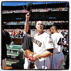 sfgiants#sfgiants Tim Hudson tips his cap to a standing ovation after exiting his final game of his career. Photo by @punkpoint