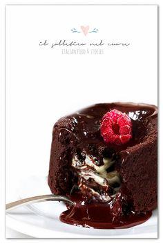 Tortino di cioccolato con cuore fondente al cioccolato bianco e menta Lava Cakes, Mint Chocolate, Italian Recipes, Mousse, Desserts, Food, Mint, Tailgate Desserts, Deserts