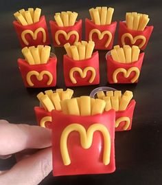 Polymer Clay Flowers, Fimo Clay, Polymer Clay Charms, Mcdonalds Birthday Party, Doll House Crafts, Barbie Food, Mini Craft, Cute Clay, Baking With Kids