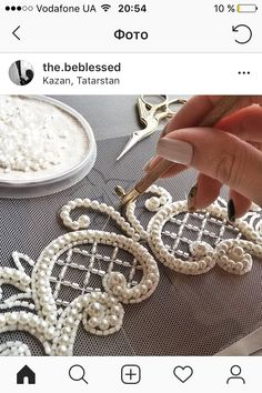 655 Me gusta, 8 comentarios - fashion embroidery (Crochet tatting tutorials -German language - Also covers other handcrafts - Helpful Photographs - Salvabrani Zardozi Embroidery, Pearl Embroidery, Tambour Embroidery, Bead Embroidery Patterns, Couture Embroidery, Bead Embroidery Jewelry, Embroidery Fashion, Hand Embroidery Designs, Sewing Patterns