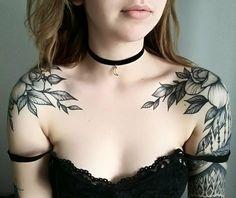 tattoo motive feminin-schulter-schwarz-weiß-blumen-floral