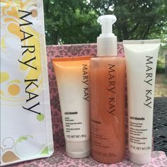 Mary Kay Satinhands Pampering set Peach Satin Hands® Pampering Set is an easy, three-step system that helps keep hands feeling renewed, soothed and pampered. Delightful peach scent. Makes a great gift. Clinically tested for skin irritancy and allergy. Dermatologist-tested. Also available in a fragrance-free formula. Mary Kay Makeup